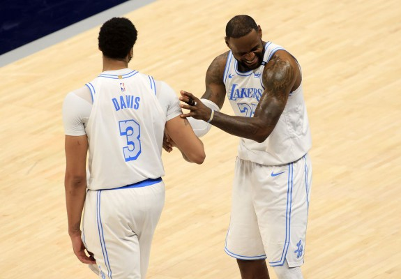 LeBron James o ajută pe Lakers să învingă Indiana Pacers la revenirea pe parchet