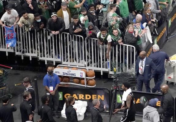 Un suporter al lui Celtics a aruncat cu o sticlă de apă în Kyrie Irving. Video