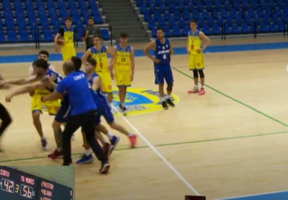Liga 1. Vlad Solopa a sărit să îi bată pe arbitrii partidei cu CSU Sibiu 2. Video