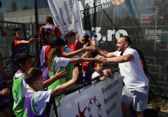 În stare de bine pe terenul de baschet 3x3: Copiii din proiectul SCORE încurajați de naționalele României și oficialități FIBA