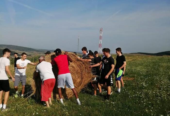 Juniorii lui U-BT Cluj au fost scoși la muncile câmpului de antrenor. Galerie foto