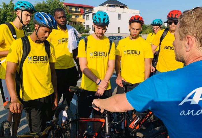Sibienii s-au plimbat cu bicicletele electrice înainte de plecarea în Letonia