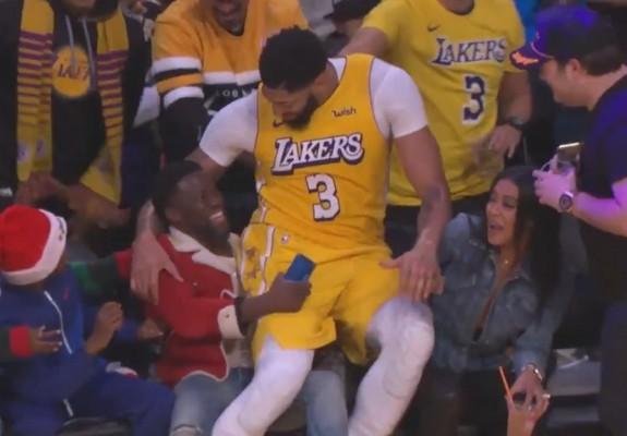 Kevin Hart, protagonistul unui moment amuzant la pauza meciului dintre Lakers și Clippers. Video