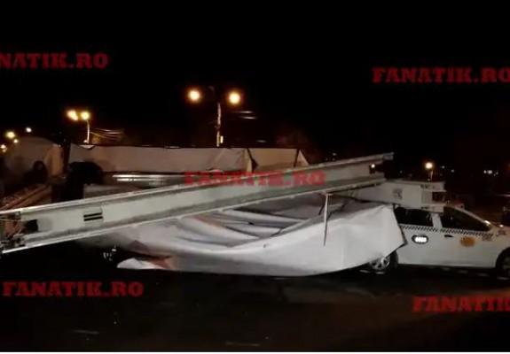Un panou publicitar cu Simona Halep s-a prăbușit peste mai multe mașini în timpul finalei Cupei României. Foto