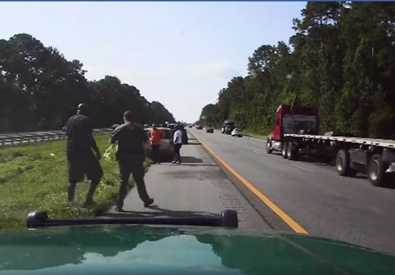 Shaquille O'Neal a sărit în ajutorul unei șoferițe căreia îi explodase cauciucul. Video
