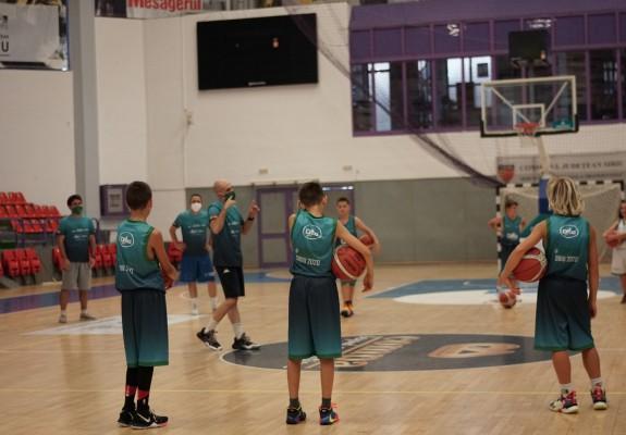 Galerie foto: Prima zi de la Summer Camp-ul IG Hoops şi Real Betis Baloncesto de la Sibiu