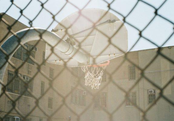 Care este legea care te lasă să joci baschet în curtea școlii