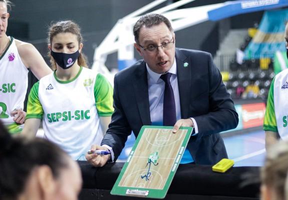 Reacția antrenorului Zoran Mikes și a jucătoarei Rebekah Gardner după meciul cu ESBVA Lille