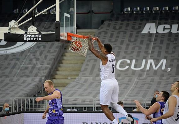 Karel Guzman și Justin Edwards s-au întrecut în dunk-uri în meciul cu SCM Timișoara. Video